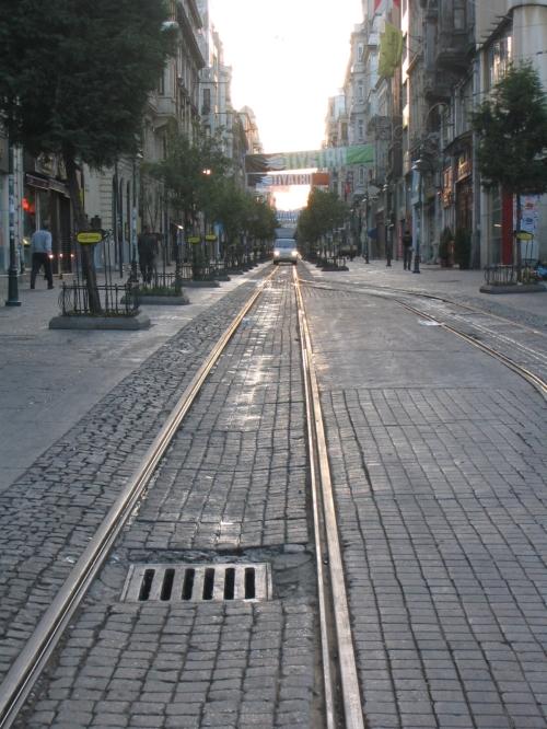 Die Strassenbahnlinie durch Taksim am fruehen morgen