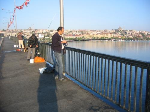 Fischer auf der Atatuerk-Bruecke