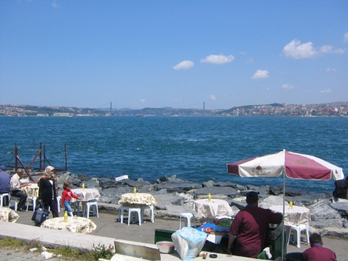 kleines Restaurant am Ufer des Bosporos