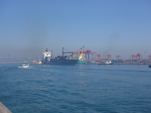Ein Tanker wird in den Hafen geschleppt