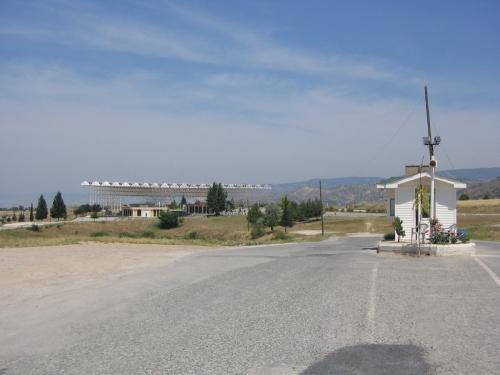 Im Hintergrund das ehemalige Eingangsportal