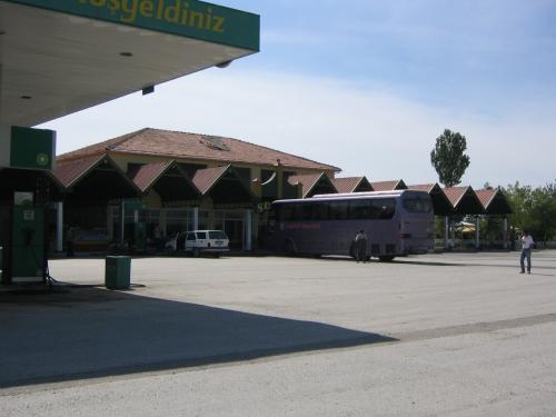 Der Bus an einer Pausenstation