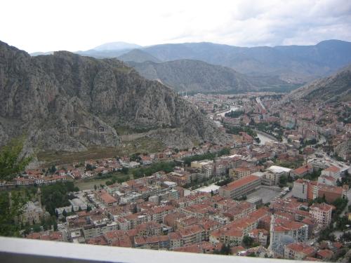 Das Tal mit Fluss und Stadt