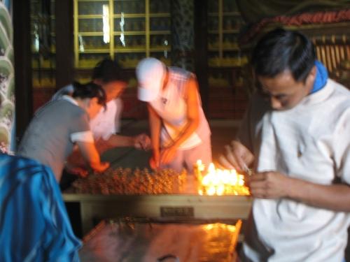 Kerzen anzuenden im Kloster