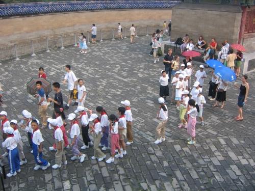 Eine Schulklasse will das Gebaeude besichtigen