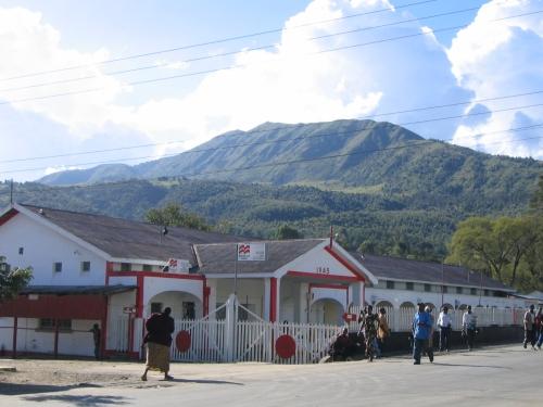 Ein Kolonialzeitgebaeude mit dem Kaluwe Peak im Hintergrund