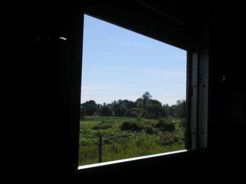 Blick aus dem Abteil auf das Fenster im Gang
