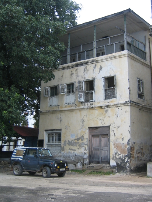 Ein altes verfallenes Haus, sehr typisch fuer Ostafrika