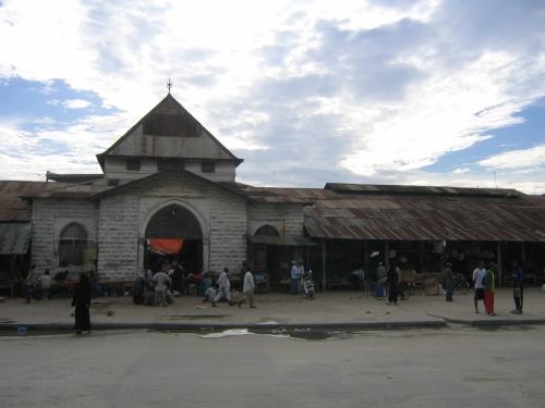 Das Hauptgebaeude des Darajani Market