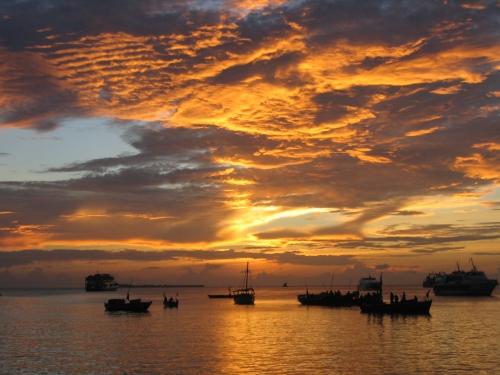 Gluehender Himmel ueber dem Indischen Ozean