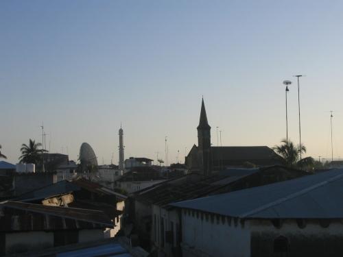 Das morgendliche Stone Town von der Dachterasse des Flamingo Guesthouse