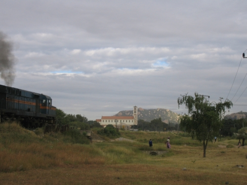 Eine Kirche und der Zug, in dem ich eigentlich sitzen wollte