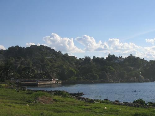 Das Ufer des Lake Victoria mit den umliegenden Bergen