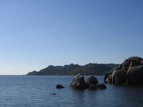 Malerische Felsen im See vor Mwanza