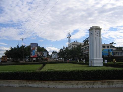 Der Uhrturm im wichtigsten Kreisverkehr der Stadt Moshi