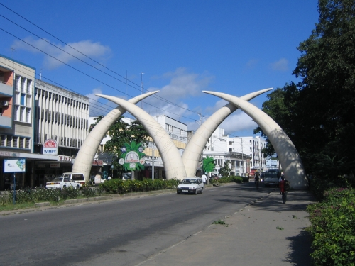 Die Tusks, gekreuzte Elephantenzaehne auf der Moi Ave.