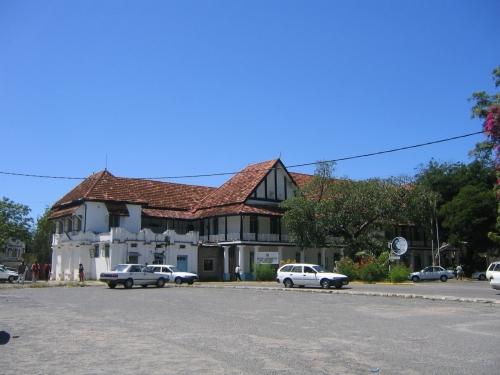 Ein altes Regierungsgebaeude in der Altstadt Mombasas