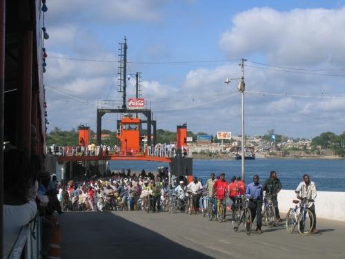 Menschen stroemen von der Likoni Ferry in Mombasa