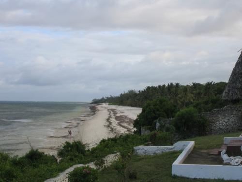 Der Sandstrand von Tiwi Beach suedlich von Mombasa