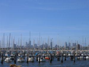 Segelboote vor der Skyline von Melbourne
