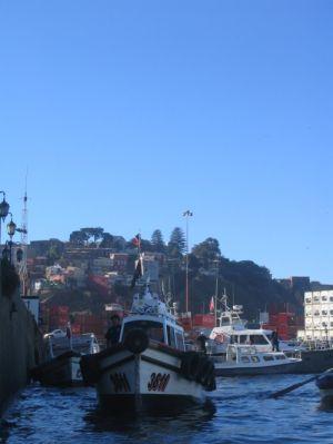 Ein Boot im Hafen Valparaisos