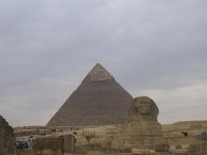 Die Pyramide des Chefren mit dem Sphinx davor