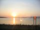 Sonnenuntergang an einem See aus dem Zug