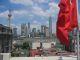 Der Blick von Noahs Bar ueber unserem Hotel auf den Huangpu