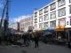 Eine geschaeftige Marktstrasse in Lhasa