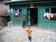 Kinder in einem Dorf zwischen der Grenze und Kathmandu