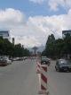 Im Hintergrund der Haupteingang zum Koenigspalast