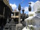 Statuen und ein kleiner Tempel