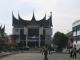 Ein Bankgebaeude im ortstypischen Baustil der Minangkabau