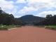Blick ueber die Anzac Parade auf das War Memorial in Canberra