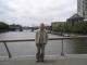 Ich stehe auf einer Bruecke ueber den Fluss Yarra