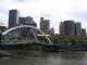 Die Fussgaengerbruecke und das Zentrum Melbournes