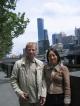 Noreen und ich vor dem Rialto Tower, Melbournes hoechstem Gebaeude