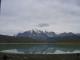 Ein Berg und im Hintergrund die Tuerme des PN Torres del Paine
