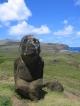 Ein einsamer Moai vor schoener Kulisse