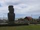 Ein Moai vorm Hafen und der Tachschule