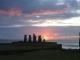 Die Moai des Ahu Tahai vor der verschwindenden Sonne