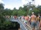 Menschenmengen auf dem Weg zu den Faellen