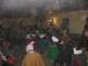 Touristen und Einheimische tanzen auf der Party im Einheitsdress