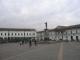 Die Gegenseite des Plaza mit der Virgen de Quito im Hintergrund