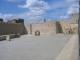Ein Platz vor der restaurierten Stadtmauer