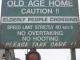 Ein Strassenschild in Swakop warnt vor Alten Leuten