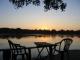 Das Sunshine Deck der des Ngepi Camps im Sonnenaufgang