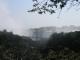 Die Victoria Falls mit der Fussgaengerbruecke