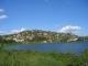 Ein Huegel der Stadt Mwanza hinter einer kleinen Bucht