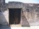 Eine kunstvoll geschnitzte Tue rim Fort